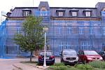 Vrchlabská radnice opravuje památkově chráněný dům na Kozím plácku, který je spjatý se začátky automobilového průmyslu ve Vrchlabí.