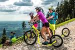 Letní výlety na horách si můžou turisté zpestřit půjčením nových koloběžek a elektrokol.