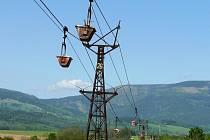 V Dolním Lánově trasu lemuje ojedinělá nákladní lanová dráha.