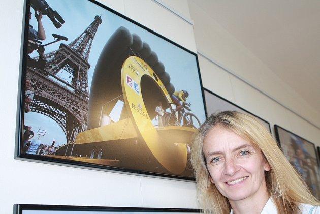 Markéta Navrátilová vystavuje fotky zTour de France, kterou fotila 25let, vGalerii Celnice vMalé Úpě. Je to unikátní výstava, protože běžně nevystavuje.