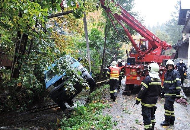 Svytažením auta musela pomoci těžká technika hasičů