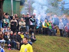 VELKOU RADOST v minulé sezoně okresních soutěží dělala předsedovi Okresního fotbalového svazu Semily Petru Herzovi návštěvnost na utkáních. Takto se fandilo v bitvě Bělé s Jilemnicí.