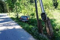 Řidička s autem narazila do telefonního sloupu