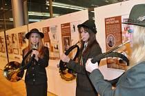 TRUBAČKY Z TRUTNOVA zahajovaly fanfárami výstavu Norská zima v Liberci. Dívky navštěvují lesnickou školu.