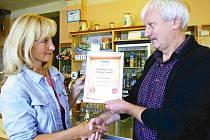 OCENĚNÍ PŘEVZAL majitel Pivnice Bouchalka v Trutnově Miloslav Maleček z rukou inspektorky distribuce Krkonošského deníku Lidmily Pavlové. Certifikát prezentuje jeho podnik jako Nejoblíbenější hospůdku roku 2010 v regionu.