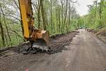 Oprava silnice od křižovatky v Prkenném Dole na náměstí v Žacléři jde do finiše, hotová má být do neděle 17. května.