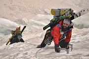 Mačky na nohy, cepíny do ruky, lyže na bágl a vzhůru k nejvyššímu bodu jižního Pamíru, štítu Karla Marxe (6723 metrů), se vydali horolezci z Krkonoš Libor Dušek, Zdeněk Jirouš a Jan Holubec.