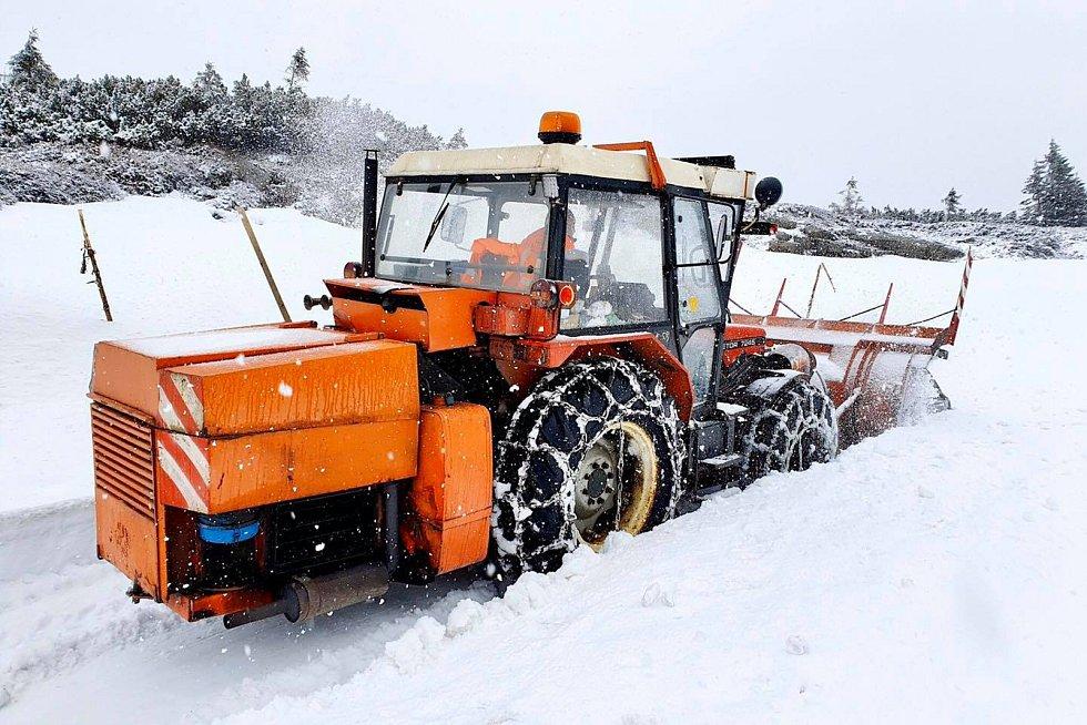 Silničáři v úterý 5. května odhrnovali sníh z horské silnice z Horních Míseček na Zlaté návrší a dále až k Labské boudě..