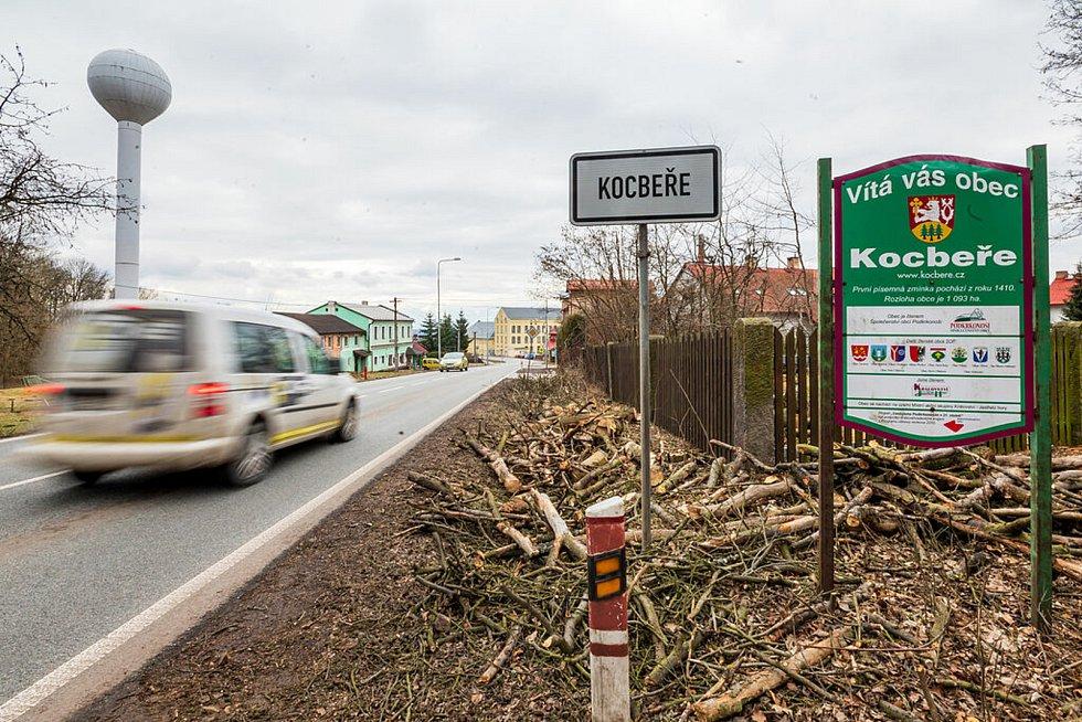 Silniční provoz v Kocbeřích je veliký, podkrkonošská obec leží na hlavním tahu mezi Trutnovem a Hradcem Králové.