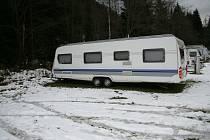 Za vykrádaní karavanů ve Špindlerově Mlýně hrozí muži, který už seděl ve vězení, osm let.