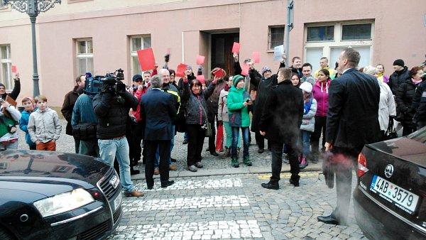 Odpůrci prezidenta Miloše Zemana sčervenými kartami vTrutnově.