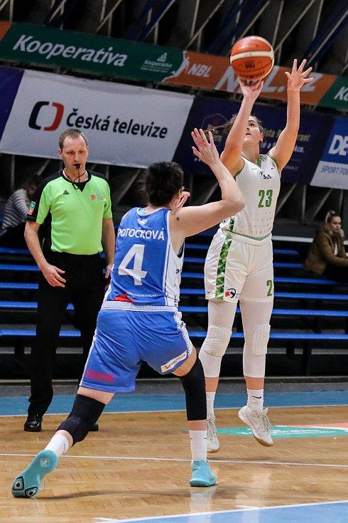 Utkání 10. kola Ženské basketbalové ligy: SBŠ Ostrava - BK Loko Trutnov, 5. prosince 2018 v Ostravě. Na snímku (zleva) Potočková Michaela, Busková Gabriela.
