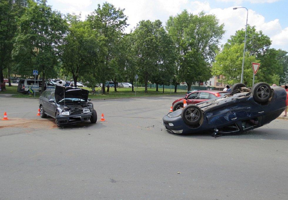 Při bouračce u Kauflandu skončilo auto na střeše.