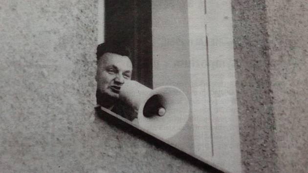 Megafonem informoval Miroslav Šafařík demonstrující Trutnovany o jednáních velitele cizích vojsk s vedením národního výboru.
