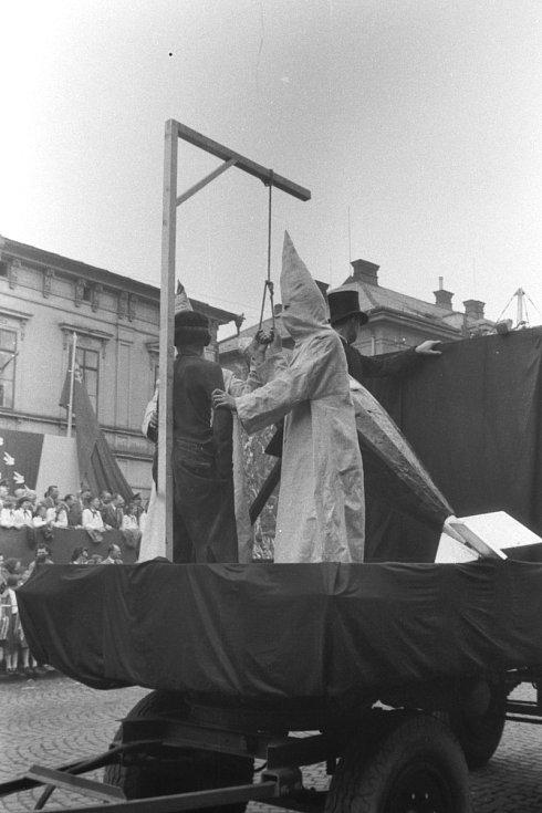 Už téměř zapomenuté oslavy 1. máje v Trutnově. Snímek je z poloviny padesátých let.