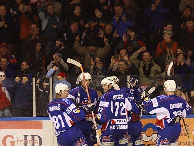 Hokejisté Vrchlabí slaví gól, ze kterého velkou radost mají i diváci.