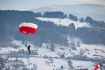 Mistrovství České republiky v paraski, které kombinuje parašutismus s lyžováním.