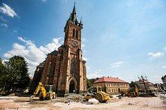 Na někdejším hlavním vrchlabském rynku už přeložili silnici a přemístili mariánský morový sloup.