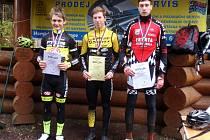 NEJLEPŠÍ ZÁVODNÍCI chlapecké kategorie V Filip Kondáš (zleva), vítěz Šimon Vaníček a bronzový Štefan Juhás.