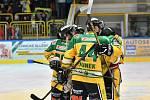 Dvorští hokejisté se radují po vstřeleném gólu.