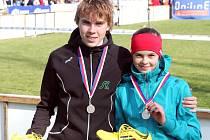 CENNÉ KOVY si z republikového šampionátu v přespolním běhu dovezli domů do Trutnova Dominik a Adéla Sádlovi.