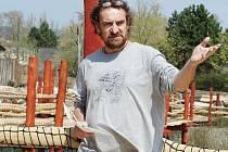LETNÍ SEZÓNA ZAČÍNÁ. V zoologické zahradě Dvůr Králové začíná o víkendu letní sezóna. Ředitel zahrady Přemysl Rabas představil novou lávku, Twigadukt, která povede nad výběhem kopytníků.