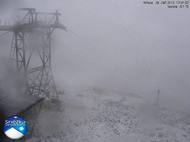 Na hřebenech Krkonoš se střídají sněhové a dešťové přeháňky. Snímek je ze Sněžky (29. 9. 2010).