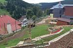 Už ve čtvrtek si děti ze ZŠ a MŠ v Peci pod Sněžkou poprvé vyzkouší novou přírodní zahradu.
