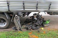 Motorkář zahynul pod přívěsem nákladního vozidla.