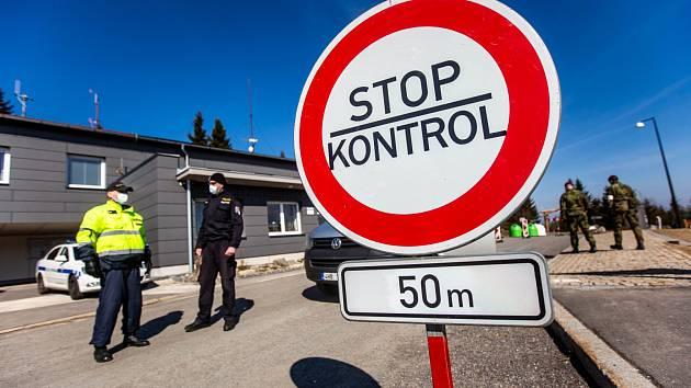 Česko-polské hranice hlídají policisté a vojáci.