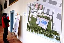 NÁVRHY MOŽNÝCH PODOB nového koupaliště v Hostinném jsou stále k vidění v ambitu Františkánského kláštera.