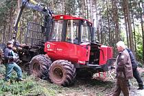 MATURANTI SKLÁDAJÍ praktickou část zkoušky v lese. Student z oboru Mechanizace a služby popisuje vyvážecí techniku a její parametry.  F