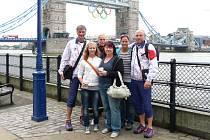 BLANKA PETROVICKÁ s manželem Martinem (zcela vpravo) před Tower Bridge s olympijskými kruhy.