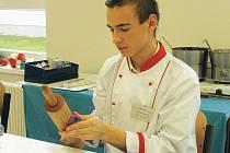 ŠIKOVNÍ CUKRÁŘI v lomnické škole v rámci akce předváděli mimo jiné modelování růžiček a dalších tvarů z jedlých materiálů