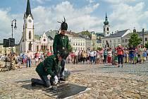 Natírání pamětní desky 1866 na Krakonošově náměstí v Trutnově.