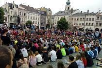 """Žáci ZŠ Komenského v Trutnově zaplnili Krakonošovo náměstí při nacvičování """"kelímkové písně"""" cup song."""