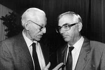 Karel Martinek na archivním snímku z roku 1990 (vpravo) s vynálezcem kontaktních čoček Otto Wichterlem.