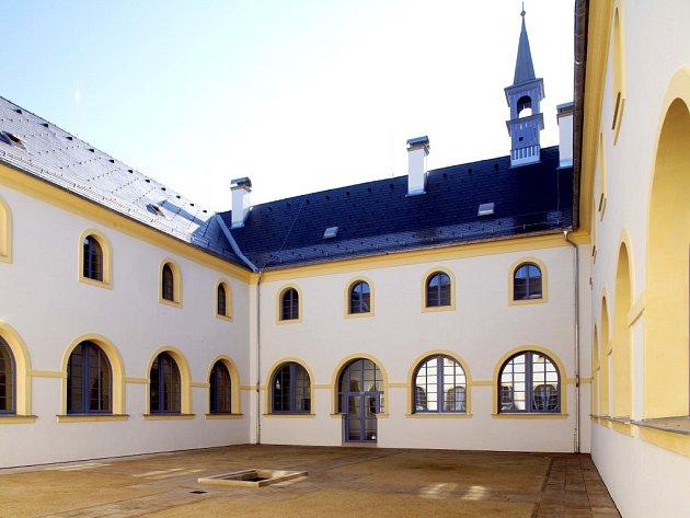 OPRAVENÉ nádvoří Františkánského kláštera.