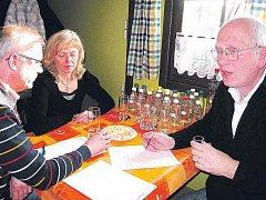 VZORKY PÁLENEK hodnotili v penzionu Klídek na Náchodsku degustátoři z celé republiky. U  koštovacího stolu  se sešel s kolegy z moravských Klímkovic předloňský šampion Petr Šlosar (na snímku vpravo).