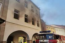 V centru Hostinného hořelo v bytě, požár zničil koupelnu.