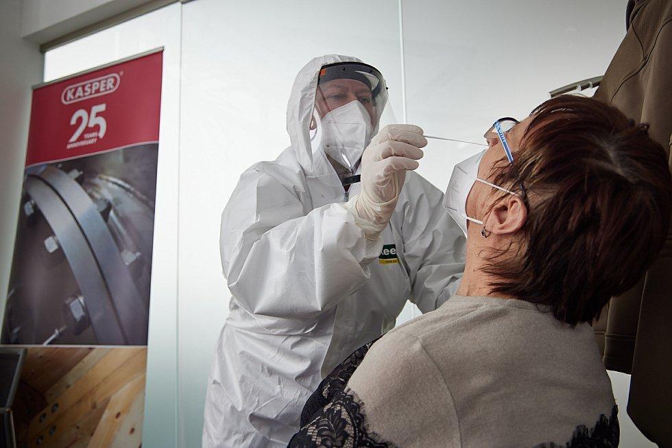 Mobilní tým Armády ČR testoval v úterý zaměstnance firmy Kasper v Trutnově. Testy absolvovalo 125 zaměstnanců.