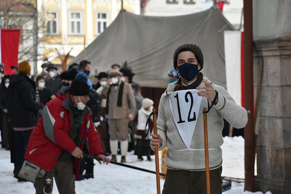 Herec Marek Adamczyk při natáčení filmu Poslední závod, který vypráví příběh lyžařů Hanče, Vrbaty a Ratha, na náměstí v Hostinném v neděli 28. února.