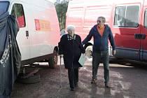 Mezi opravovanými auty si museli klestit cestu voliči v Libči, jejich místnost byla totiž nasměrována do Autodílny Odl.