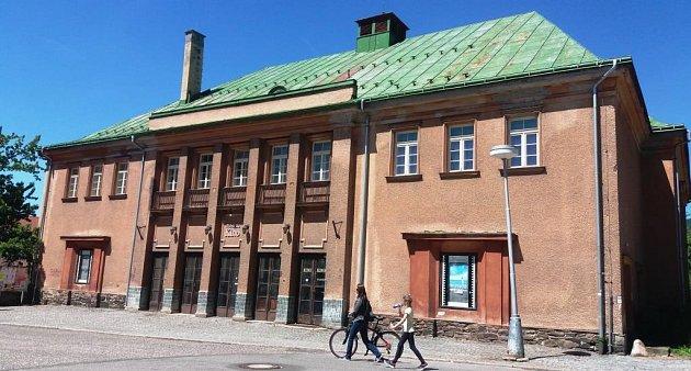 Současnost. Nevyužívaná budova městského kina, které nechali postavit vroce 1927Robert Weigend a Adalbert Lorenz, se promění vdivadelní stánek isbiografem.