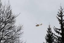 Turistka ve sněžnicích padala stovky metrů. Zachránil ji vrtulník
