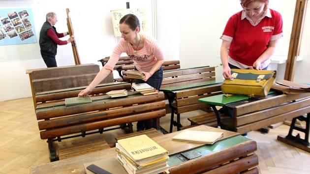 Ještě ve čtvrtek byly přípravy výstavy v žacléřském Městském muzeu v plném proudu. Tak, aby na dnešní vernisáž bylo vše připraveno.