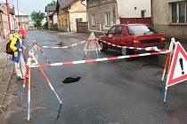 Uzavřená ulice Smetanova ve Dvoře Králové, kde se propadla silnice