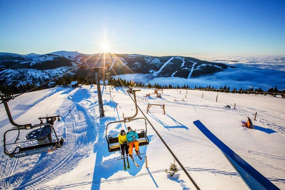 Ve Špindlerově Mlýně zahájí zimní sezonu v sobotu 7. prosince tradiční SkiOpening s venkovním promítáním filmu Poslední aristokratka s účastí a autogramiádou herců Tatiany Vilhelmové, Vojty Dyka nebo Pavla Lišky.