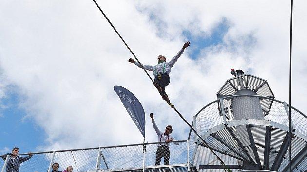 Stezka korunami stromů slavila první výročí s akrobaty v padesátimetrové výšce