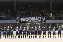Vrchlabští hokejisté slaví vítězství nad rivalem soupeře.